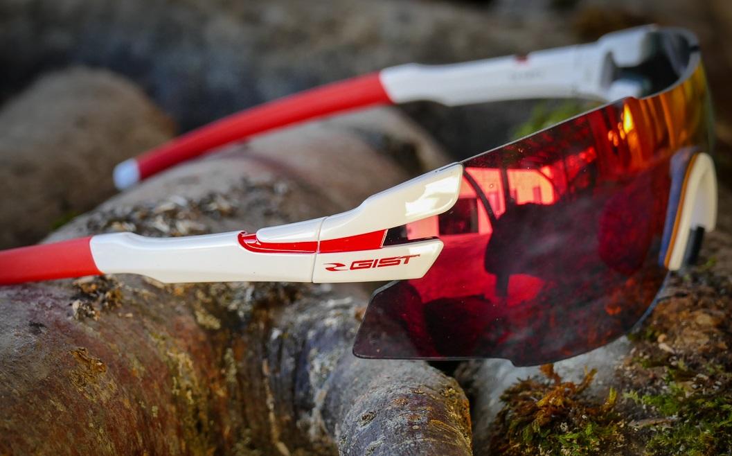 Cenovno zares ugoden nakup in preizkušena kvaliteta. Večina očal ima priložene 3 stekla, etui in škatlico za shranjevanje. Na voljo so tudi očala s fotokromatskimi stekli, ki se sama prilagajajo svetlobi.
