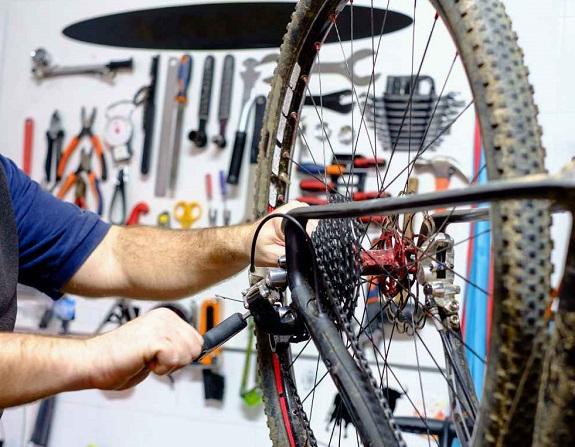 Popravilo koles je umetnost, ki pa se je lahko nauči vsak. Za vse, ki to že obvladate in tiste, ki vam to predstavlja izziv imamo na voljo široko paleto orodja in stojal.